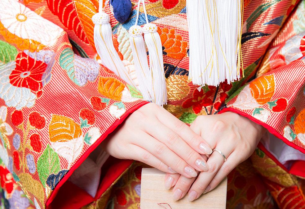 9b6b46352ebfd 花嫁にとって結婚式や前撮りの衣装は一世一代の晴れ着なので、ネイルも晴れの日にふさわしいデザインにしてみましょう。指先は、乾杯のグラスを持つときや手紙を読む  ...